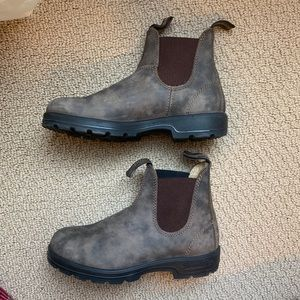 Blundstone boots in rustic brown